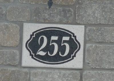 Gravure sur pierre pour numéro civique | Sciage de béton J.Vaillancourt et fils inc.